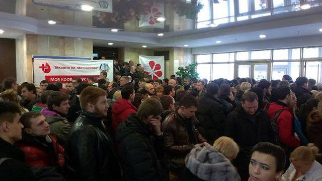 В Днепропетровске огромные очереди (фото)
