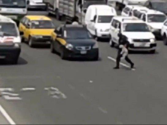 Полицейский остановил движение ради собаки