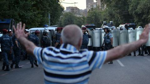 В Ереване полиция начала разгон демонстрантов возле захваченного здания ППС