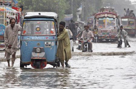 В Пакистане наводнение смыло свадебный автобус, погиб 21 человек