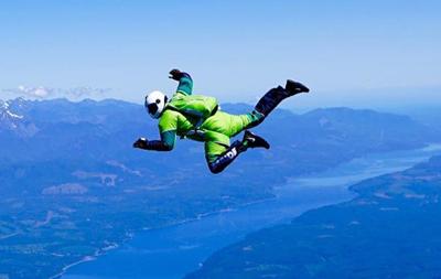 Скайдайвер совершил прыжок без парашюта (видео)