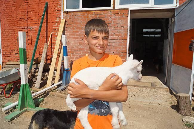 В зоопарке Кунгура живет козел, который дает... молоко!