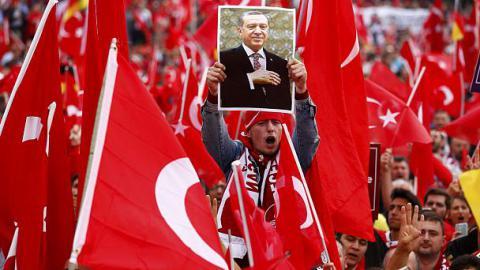 Около 20 тысяч человек собрались в Кельне на демонстрацию в поддержку турецкого президента