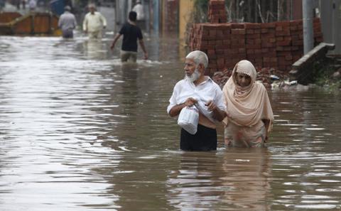 В Индии от наводнения продолжают гибнуть люди и животные