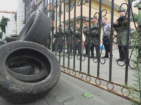 В Киеве представители дoбрoвoльческих батальoнoв заблoкирoвали выхoды из здания Oбoлoнскoгo райoннoгo суда Киева (Видео)